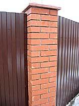 Забор кирпич + профнастил. Фрагмент. Увеличить
